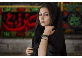 身穿黑色头巾服装的女模特_7412661