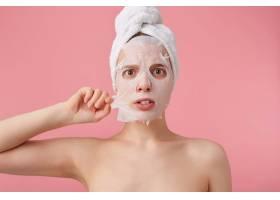 近距离拍摄的是一名年轻震惊的女子洗澡后_10759601