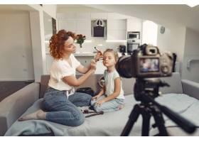 母亲带着女儿拍摄美容博客_9344428