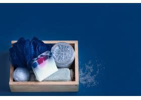 蓝色上的不同身体护理用品_9503745