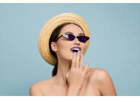 蓝色工作室背景下化妆鲜艳戴着帽子和太_12265198