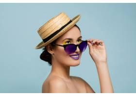 蓝色工作室背景下化妆鲜艳戴着帽子和太_12265200