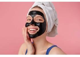 洗澡后的年轻快乐女人的肖像头上戴着毛巾_10759655
