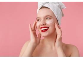 淋浴后微笑的年轻女士的特写头上戴着毛巾_10759762