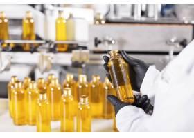 装满黄色物质的透明塑料瓶_10228967