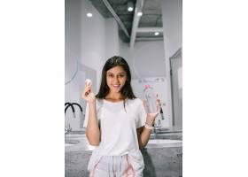 用卫生间里的棉花垫画一位美丽的年轻女子_11176673