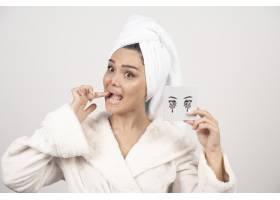 用白毛巾包裹的女人肖像配眼影调色板_11778961