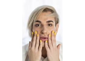 男士妆容和黄色指甲_11500255