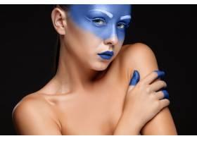 一幅涂着蓝色油漆的女人肖像_8097031