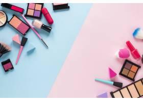 不同的化妆品散落在明亮的桌子上_3804970