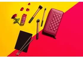 在黄色和红色桌子上制作时尚物品_7764626