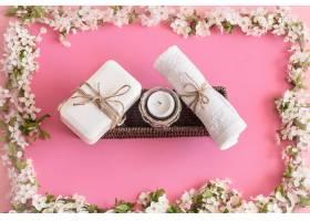 在孤立的粉红色背景上画着春花的水疗静物_9045627