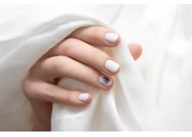 女性手白色指甲设计近距离_9130476