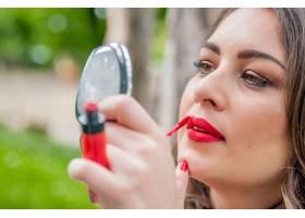 女性涂抹涂抹红色唇膏唇彩咖啡厅餐_1192622