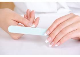 女性用指甲锉擦亮大拇指_10362967