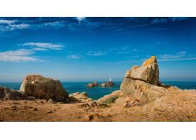 风平浪静的大海上的悬崖的美丽全景_11342879
