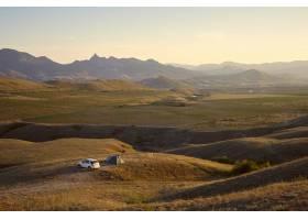 风景如画的山区景观中露营地的高角景观游_10898076