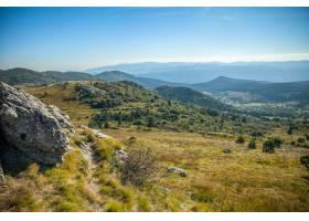 高角拍摄斯洛文尼亚蓝天下有森林的美丽山脉_12448539
