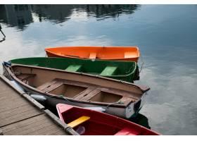 紧挨着木质湖岸的四艘五颜六色的小船的美景_8281146