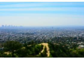 高角拍摄被绿色风景包围的高层建筑的城市景_9282951