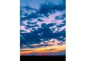 绿树成荫的田野上空美丽的云彩令人叹为观_9283210