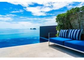 美丽的室外游泳池白云蓝天上有大海_5175162