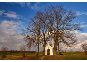 美丽的小礼拜堂日落时有风景和树木内波_2924525