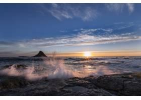 美丽的日出时水溅到岸上的壮观景色_9655178