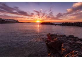 美丽的日落和多彩的多云天空映照在海面上_8409194