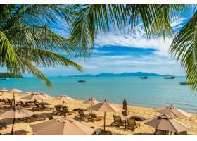 美丽的热带海滩大海和海洋椰子树伞和_5175149