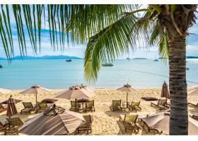 美丽的热带海滩大海椰子树蓝天白云上_6899721