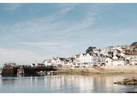 美丽的蓝天下海滨地块白色公寓的美景_10809963