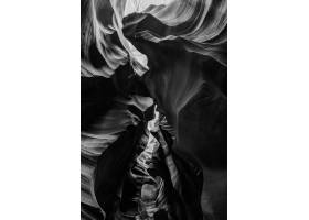 美国羚羊峡谷美丽悬崖的垂直灰度拍摄_8409255