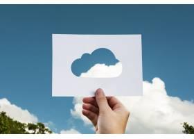自然界中的人手持云穿孔纸制工艺品_2792026