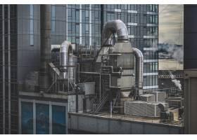 被绿树成荫的高层建筑包围的工厂_10110853