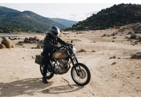 越野砾石赛道上的摩托车车手_11048778