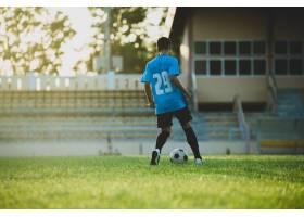 足球运动员在体育场上的动作_5212259