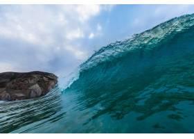葡萄牙阿尔加维多云天空下有岩石的海浪特_9991780