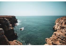 蓝天下悬崖和大海的美丽景色_10720615