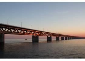 蓝天下水面上的斯潘克特雷桑德斯布伦桥的_9852340