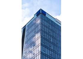 蓝天白云的现代玻璃建筑_9859312