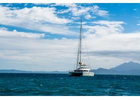 蓝海上游艇的迷人景色背景是白云_11811767