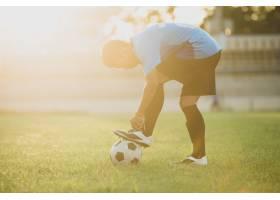 足球运动员在体育场上的动作_5212263