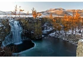 部分被雪覆盖的山景的美丽镜头_12910169