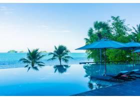 酒店度假村美丽的豪华室外游泳池周围有伞和_5175921