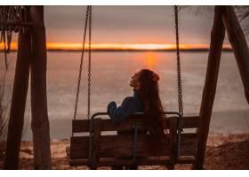 日出时分一位妇女在美丽的湖边享受放松的_8591766