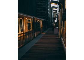 日出时分与火车一起拍摄的火车站垂直镜头_10120037