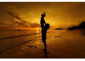 日落时分一对母子在户外带着复印空间_1287485