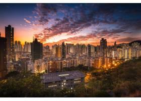 日落时橙色天空下城市天际线的航拍_10809800