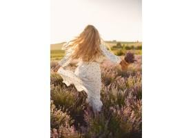 普罗旺斯妇女在薰衣草地里放松穿白色连衣_10062772